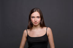 Het jonge portret van de vrouwenstudio headshot op donkere achtergrond Stock Afbeeldingen