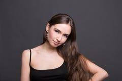 Het jonge portret van de vrouwenstudio op donkere achtergrond Royalty-vrije Stock Afbeeldingen