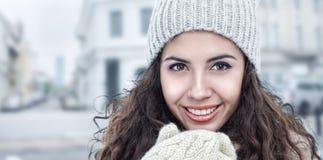 Het jonge portret van de vrouwenwinter Stock Fotografie