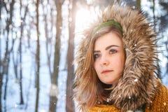 Het jonge portret van de vrouwenwinter Close-upportret van gelukkig meisje Het uitdrukken van positiviteit, ware brightful emotie stock afbeeldingen