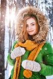 Het jonge portret van de vrouwenwinter Portret van gelukkig meisje Het uitdrukken van positiviteit, ware brightful emoties royalty-vrije stock foto's