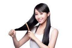 Het jonge prachtige haar van de vrouwenborstel Stock Afbeelding