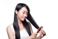 Het jonge prachtige haar van de vrouwenborstel Stock Foto's