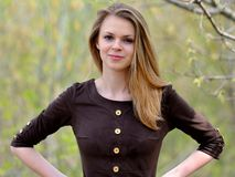 Het jonge prettige glimlachende meisje met lang haar Stock Afbeeldingen