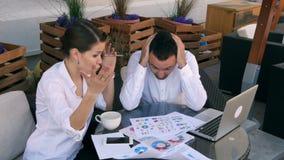 Het jonge probleem die van het bedrijfsmensenconflict aan project in team, zakenlieden en vrouwen ernstig argument samenwerken stock footage
