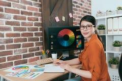 Het jonge professionele de tekeningswerk van de kunstenaarsvrouw royalty-vrije stock foto's