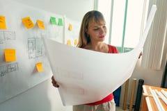 2 het jonge Project van de het Thuiswerktekening van Architectencollege student doing Stock Foto's