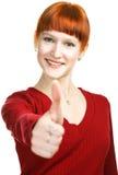 Het jonge redhaired meisje toont teken o.k. Royalty-vrije Stock Foto's