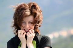 Het jonge rode meisje glimlachen Royalty-vrije Stock Foto's