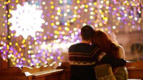 Het jonge romantische paar heeft in openlucht pret in de winter vóór Kerstmis Samen genietend het besteden van tijd in Nieuwjaarv stock videobeelden