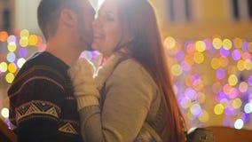 Het jonge romantische paar heeft in openlucht pret in de winter vóór Kerstmis Samen genietend het besteden van tijd in Nieuwjaarv stock video