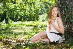 Het jonge Rusten van de Vrouw Royalty-vrije Stock Foto's