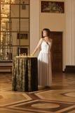 Het jonge schaak van het vrouwenspel in het rijke binnenland Royalty-vrije Stock Foto
