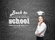 Het jonge schoolmeisje denkt over toekomstig academisch jaar Stock Foto's