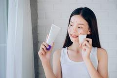 Het jonge Schoonmakende Gezicht van de Schoonheids Aziatische Vrouw met Katoen stock foto's