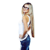 Het jonge sensuele modelmeisje stelt in studio die glazen dragen Stock Afbeeldingen