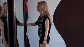Het jonge sexy meisje opent de deur van de spiegellade, kiezend kleren in ochtend stock footage