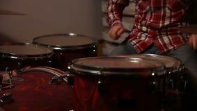 Het jonge slagwerker spelen bij drumstel stock videobeelden
