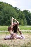 Het jonge slanke model toont haar mooie benen royalty-vrije stock foto's