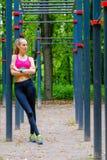 Het jonge slanke portret van vrouwensporten op de opleidingsgrond Royalty-vrije Stock Foto's