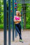 Het jonge slanke portret van vrouwensporten op de opleidingsgrond Stock Afbeelding