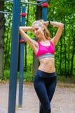 Het jonge slanke portret van vrouwensporten op de opleidingsgrond Stock Fotografie