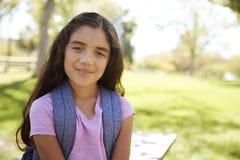 Het jonge Spaanse schoolmeisje kijkt aan camera, het glimlachen royalty-vrije stock afbeelding