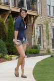 Het jonge Spaanse vrouw lopen Stock Foto's