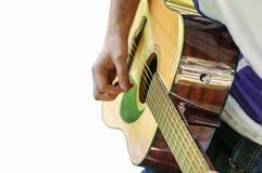 Het jonge speellied van de gitaarspeler openlucht geïsoleerd op wit Royalty-vrije Stock Fotografie