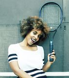 Het jonge speeltennis van het modieuze mulat Afro-Amerikaanse meisje, de mensenconcept van de sport gezond levensstijl royalty-vrije stock afbeelding