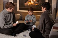 Het jonge spel van de familiespeelkaart Royalty-vrije Stock Afbeelding
