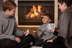 Het jonge spel van de familiespeelkaart Stock Foto's