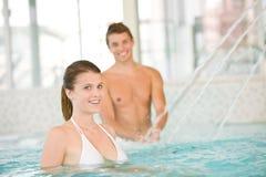 Het jonge sportieve paar heeft pret in pool Royalty-vrije Stock Fotografie