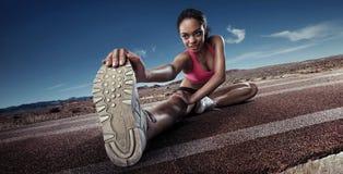 Het jonge sportvrouw uitrekken zich Royalty-vrije Stock Afbeelding