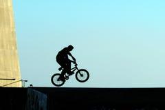 Het jonge springen met fiets Stock Foto