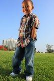 Het jonge Jongen Stellen op het Gras