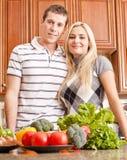 Het jonge Stellen van het Paar in Keuken Stock Afbeelding