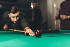 het jonge succesvolle knappe mens spelen in Russische pool bij bar stock fotografie