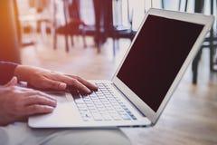 Het jonge succesvolle werk van de freelancermens aangaande zijn laptop royalty-vrije stock afbeelding