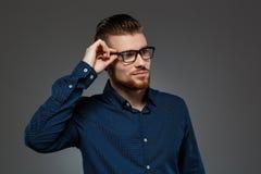 Het jonge succesvolle zakenman stellen over donkere achtergrond De ruimte van het exemplaar Stock Fotografie