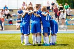 Het jonge team van jongenssporten op stadion Jonge voetbalsters in sportkleding stock foto