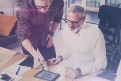 Het jonge team van medewerkers vond een grote het werkoplossing in moderne coworking studio Gebaarde mens die statistiek tonen re Royalty-vrije Stock Afbeelding