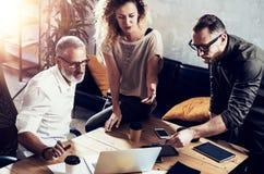 Het jonge team van succesvolle zakenman vond een grote creatieve oplossing in moderne coworking studio Gebaarde mens die spreken  Stock Afbeelding