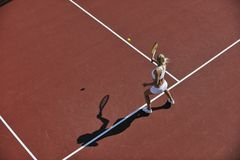 Het jonge tennis van het vrouwenspel openlucht Stock Afbeelding