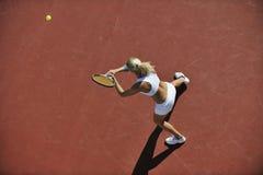 Het jonge tennis van het vrouwenspel openlucht Stock Fotografie