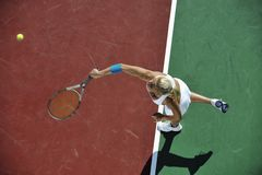 Het jonge tennis van het vrouwenspel openlucht Royalty-vrije Stock Afbeeldingen