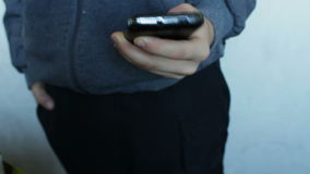 Het jonge tiener spelen op smartphone stock footage
