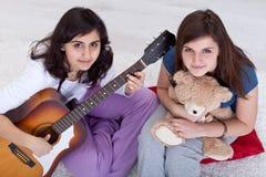Het jonge tienermeisjes ontspannen Stock Foto's