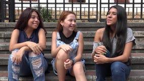 Het jonge Tieners Lachen stock videobeelden