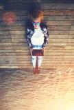 Het jonge tienervrouw ontspannen op een houten pier terwijl het nemen van zelfportret die tablet steunen Stock Foto